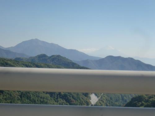 遠くに富士山が